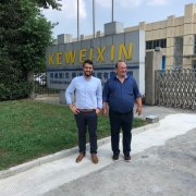 Costa Burkhardt (GF EVT) und Harald Eiberger (GF EVT) vor dem Keweixin-Werk